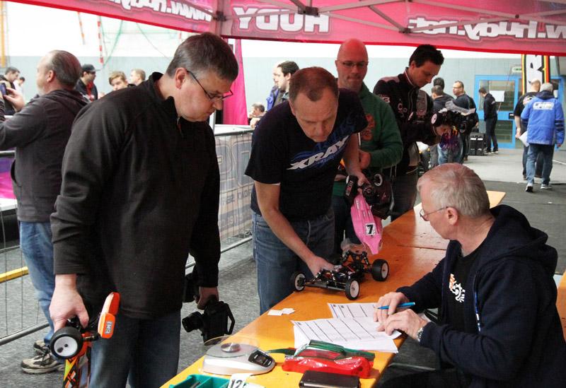 Klaus Mann (rechts) ist heute Morgen für die technsiche Prüfung der Fahrzeuge verantwortlich