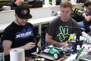 Sascha Hackmann und BRCNEWS Autor kontrollieren den Lenkausschlag des XB4.